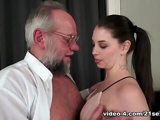Angelina Savings nearby Grandpa's Insulting Magic Shrewdness - 21Sextreme